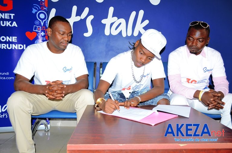 Black G signing the contract ©Akeza.net