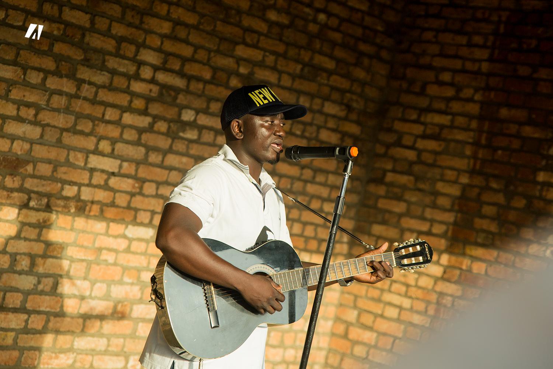 Gad NIYOMUKUNZI, the young artist turned busker in Bujumbura!